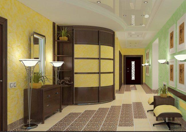 Желтый цвет в интерьере коридора просторной квартиры