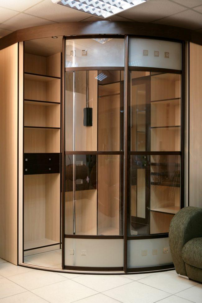 Угловой шкаф-купе со стеклянными дверцами