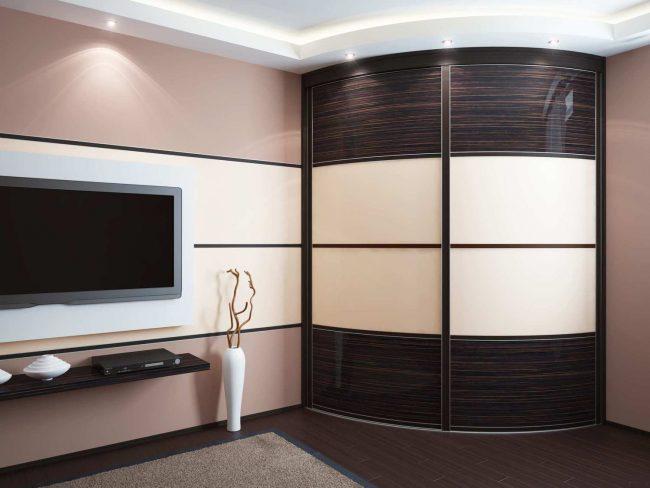 Гостиная в пастельных тонах с радиусным шкафом-купе