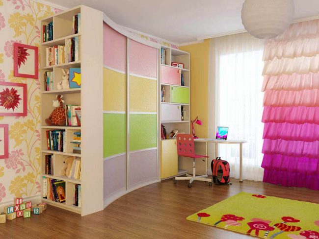 Вогнутый радиусный шкаф-купе в интерьере детской комнаты