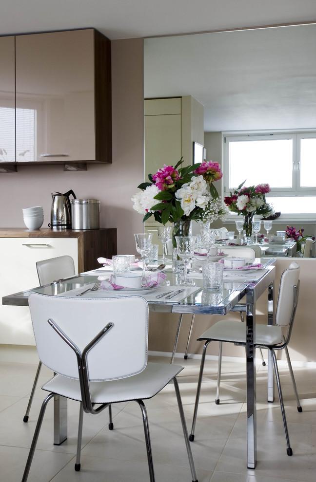 Подобный стеклянный стол отлично подойдет для современной кухни