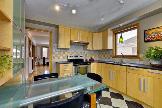 Уютная кухня с желтой мебелью и удобным раздвижным столом