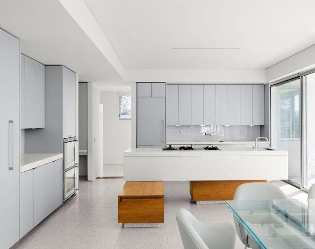 Стильный стеклянный стол в светлом минималистичном интерьере кухни
