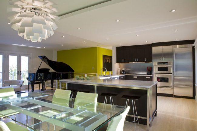 Стеклянный раздвижной стол в интерьере кухни-студии