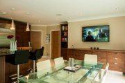 Фото 6 Стеклянный раздвижной стол для кухни: выбираем оптимальный вариант для интерьера