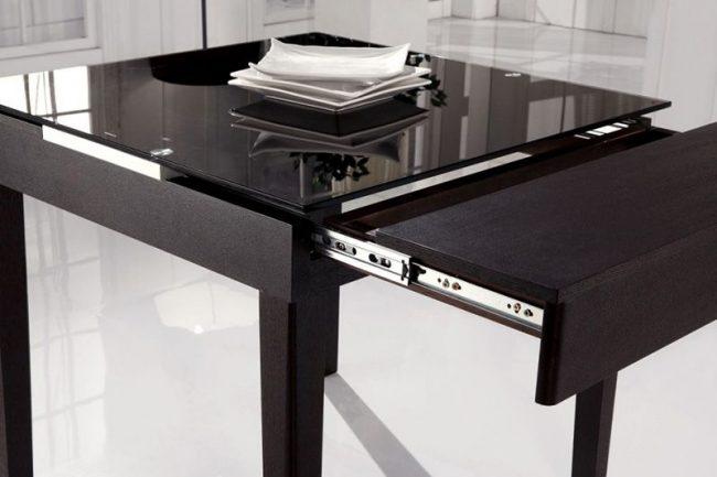 Небольшой стол-трансформер подойдет для маленькой кухни