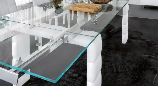 Стильный раздвижной стол из стекла подойдет как для кухни, так и для гостиной