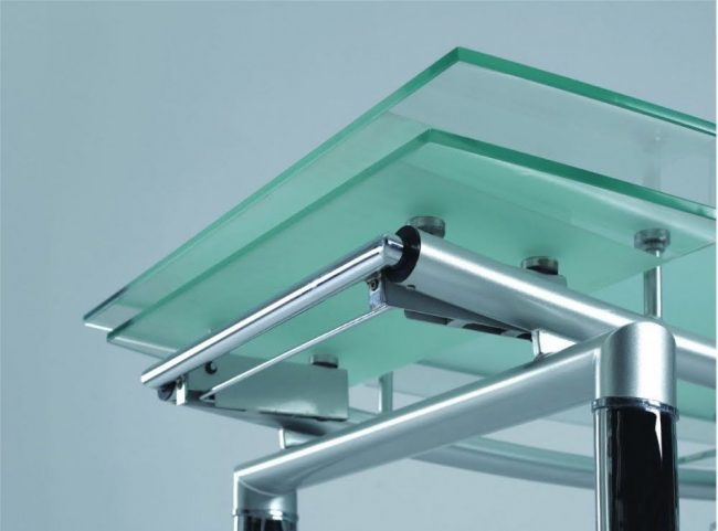 Раздвижной механизм стеклянного стола крупным планом