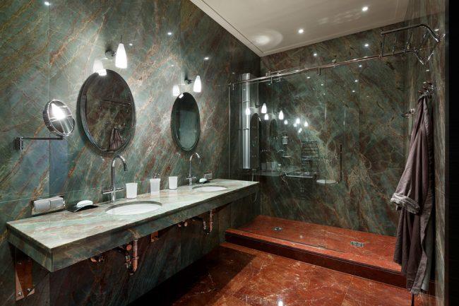 Удачное сочетание зеленого и коричневого цветов в интерьере ванной