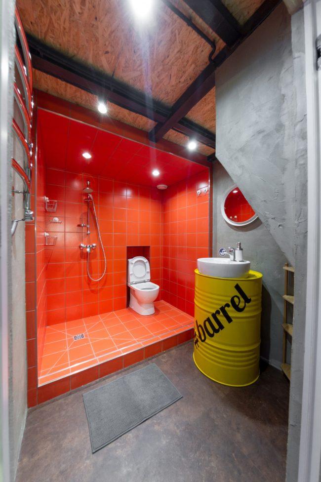 Красная плитка в отделке душевой - очень смелое решение