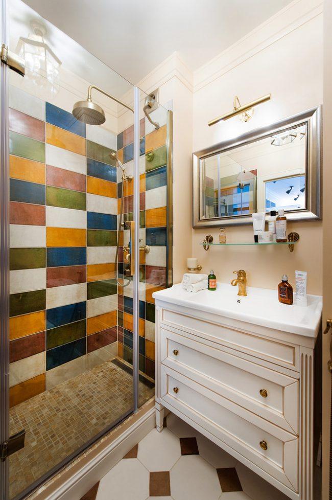 Яркая ванная комната с душевой кабинкой