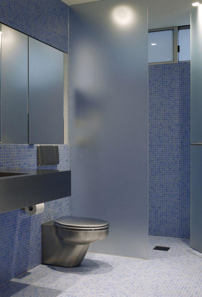 Современная ванная комната с трапом для душа в полу под плитку