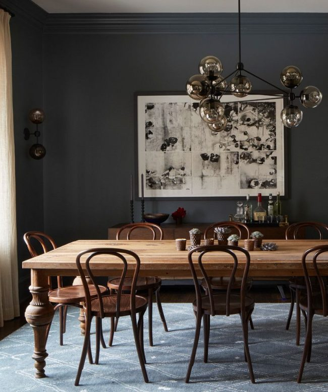 Венские стулья из натурального дерева в стильной столовой