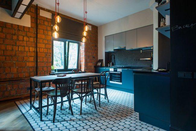 Даже на кухне в стиле лофт венские стулья смотрятся уместно и интересно