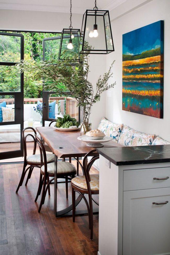Аккуратные деревянные стулья в венском стиле хорошо смотрятся в современном интерьере