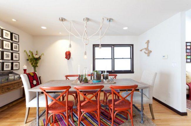 Красивые яркие венские стулья из дерева в белой гостиной