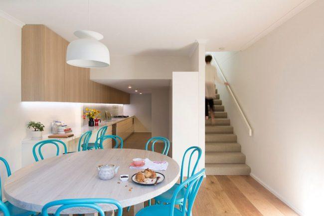 Яркие, красивые и лаконичные венские стулья голубого цвета за круглым обеденным столом