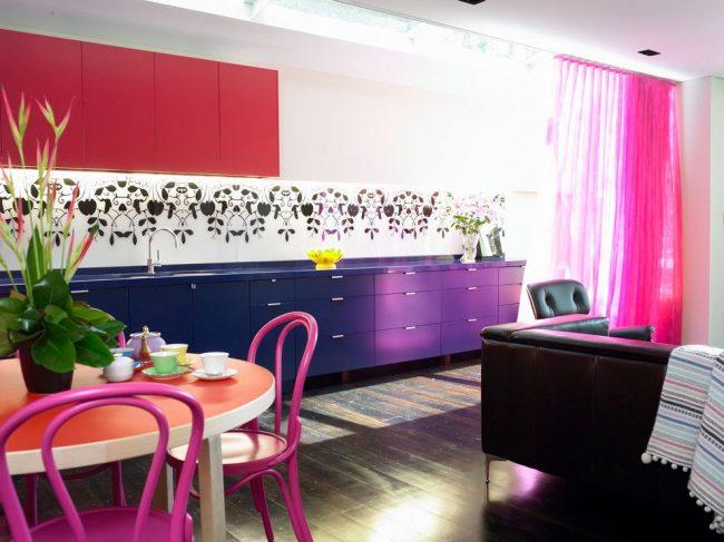 Ярко-розовые венские стулья в интерьере стиля модерн