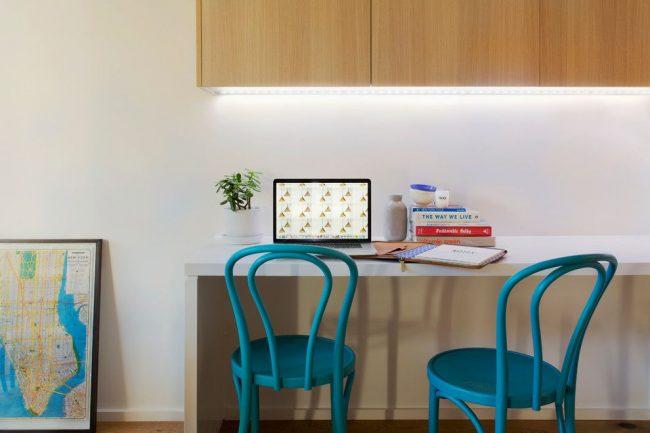 Ярко-голубые венские стулья стильно смотрятся в светлом интерьере