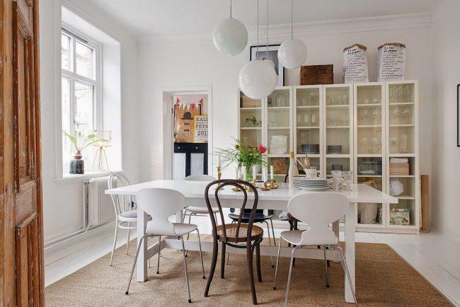 Белая столовая в скандинавском стиле с легкими венскими стульями