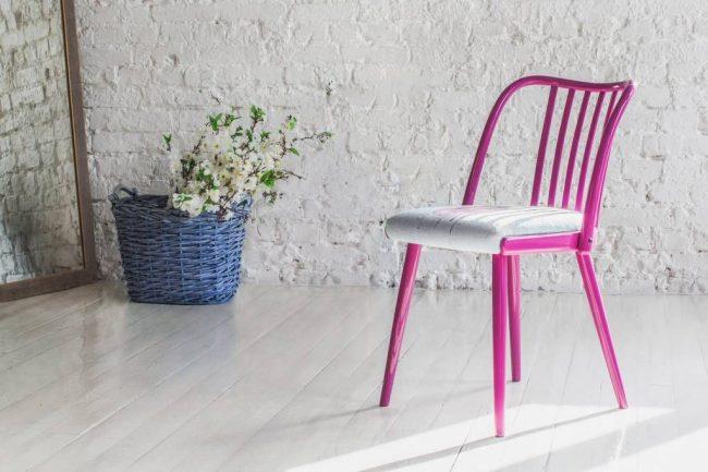 Розовый венский стул с мягким белым сиденьем