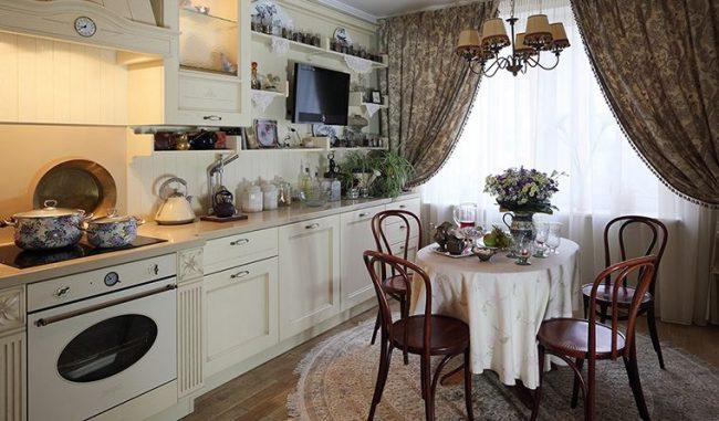 Кухня в стиле кантри с деревянными венскими стульями