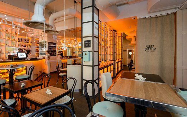 Красивые контрастные венские стулья идеально подходят для интерьера ресторана
