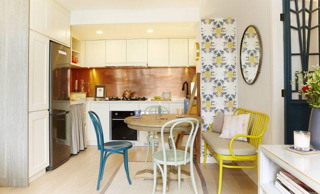 Яркая мебель в венском стиле украшает светлую кухню