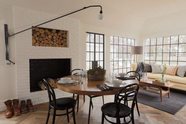 Светлая уютная гостиная частного дома с классическими венскими стульями