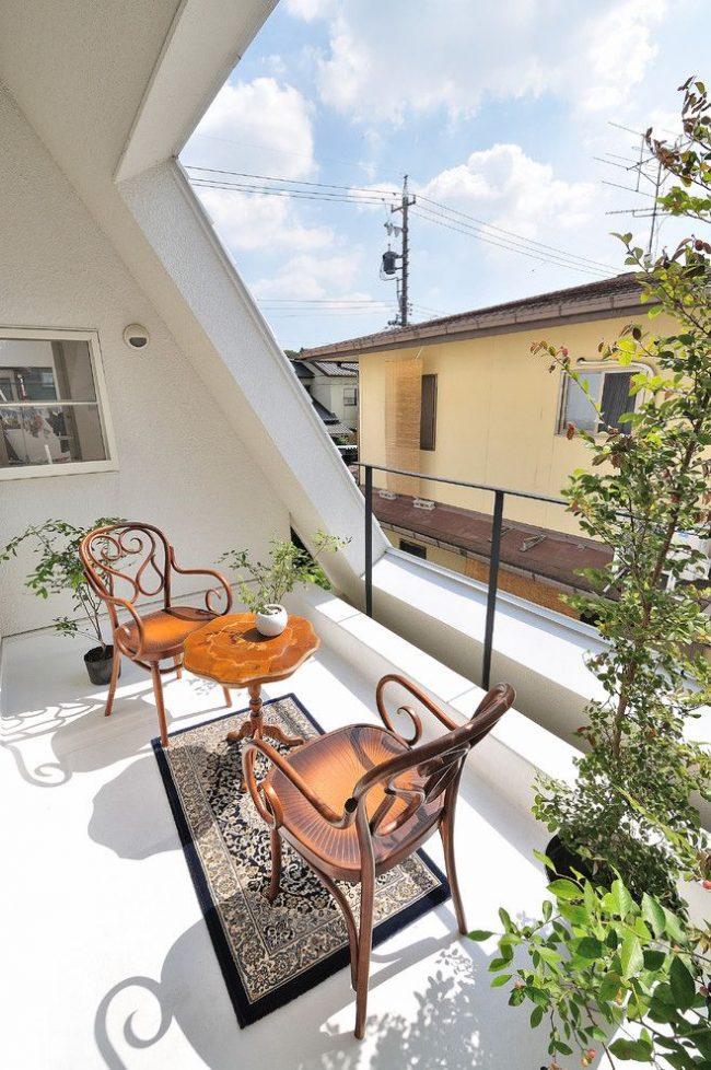 Коричневые венские стулья с красивой спинкой на балконе