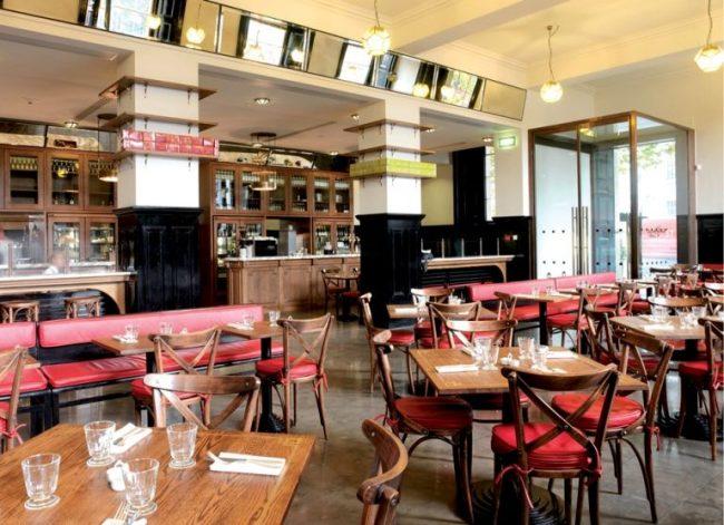 Венские стулья с красными сидушками в ресторане стиля ретро