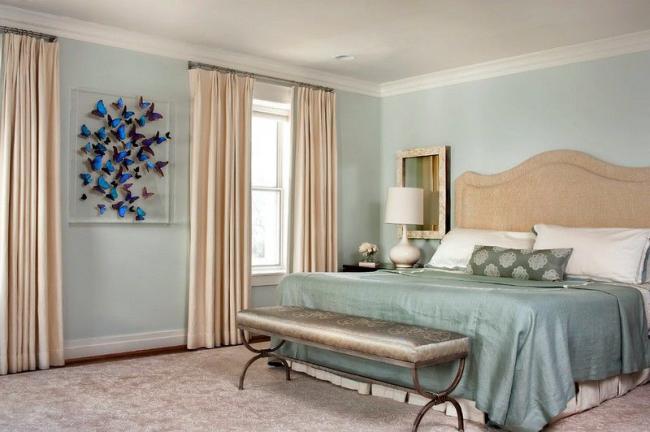 Пастельные тона спальни разбавлены сочными оттенками настенных декораций