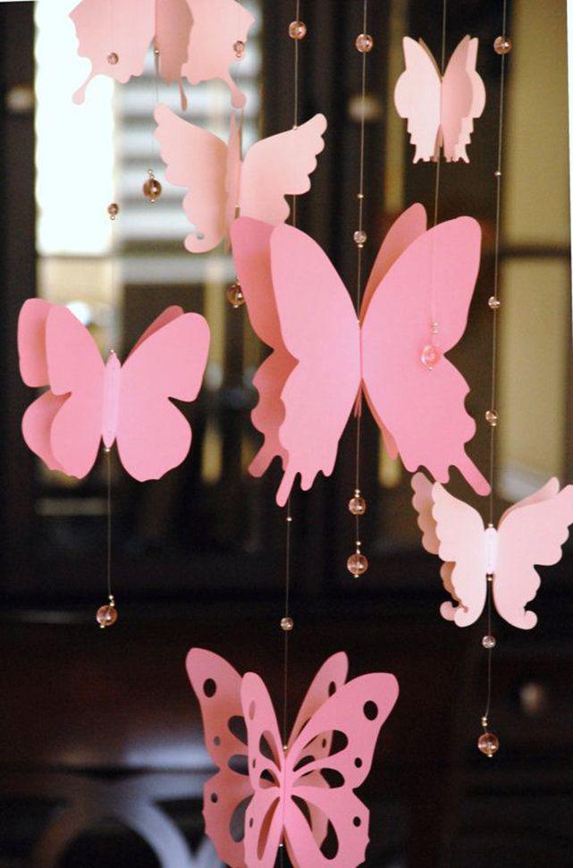 Гирлянды из бусин и бумажных бабочек помогут украсить комнату к любому торжеству