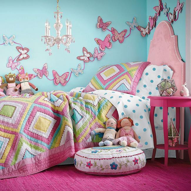 Крупные тканевые бабочки на стене в детской
