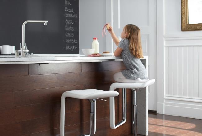 Стулья с регулируемой высотой обеспечат комфортное времяпровождение на кухне любому члену семьи