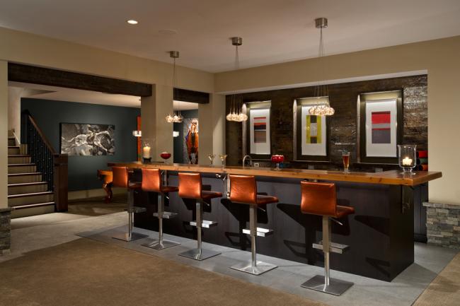 Кожаные барные стулья идеально вписываются в данный интерьер кухни