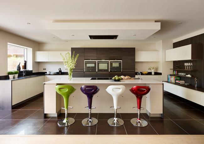 Яркие цветные аксессуары в виде стульев на контрастной кухне