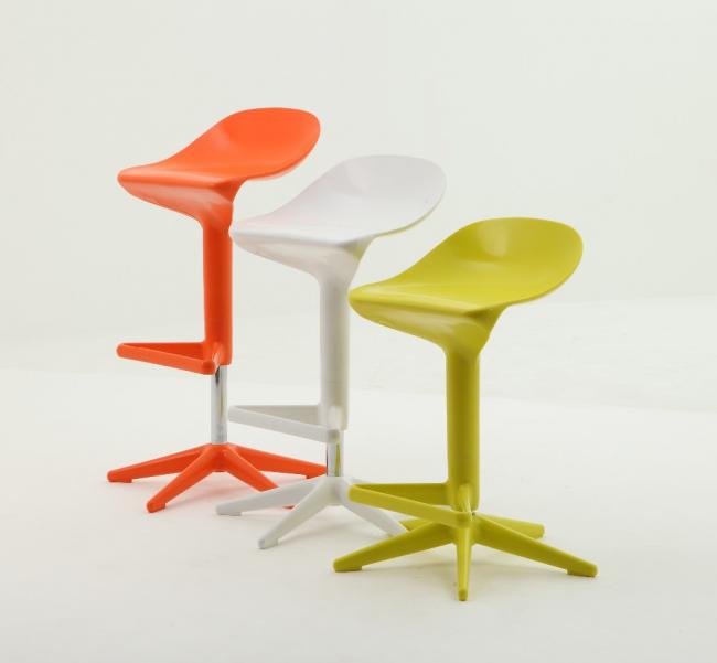 Яркие декоративные стулья из пластика