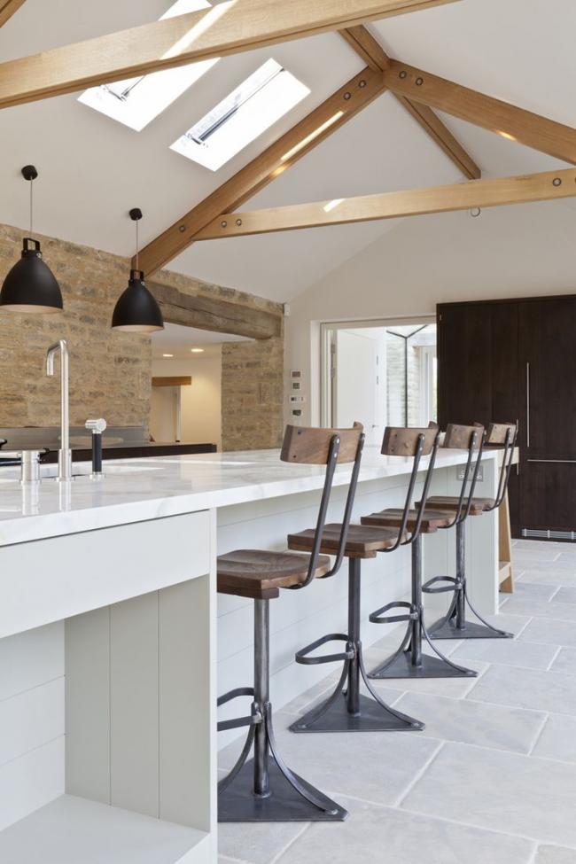 Комбинирование стулья из металла и дерева отлично смотрятся в контрастной кухне