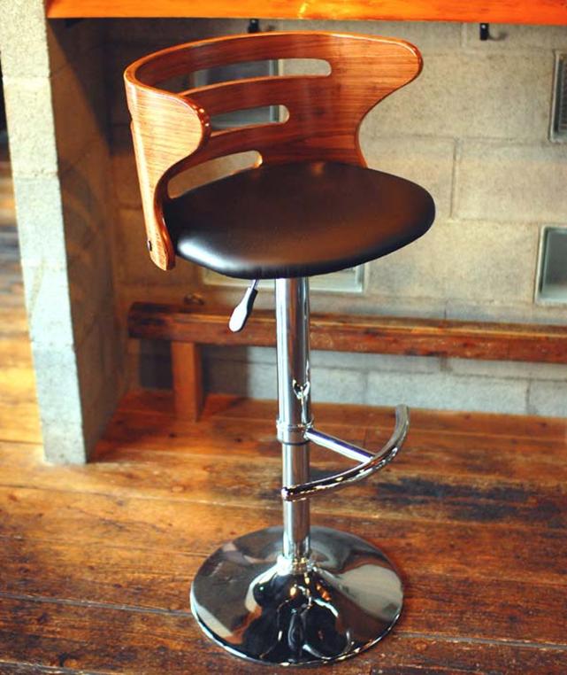 Барный стул с пневматическим механизмом, управляемым рычагом под сиденьем