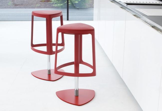 Пластиковый стул треугольной формы с идентичной подставкой для ног