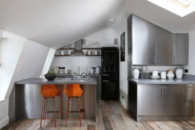 Черный холодильник отлично сочетается со стальными поверхностями кухонного гарнитура