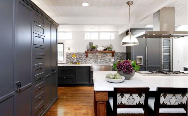 Просторная кухня в нейтральных тонах с холодильником под цвет кухонного гарнитура