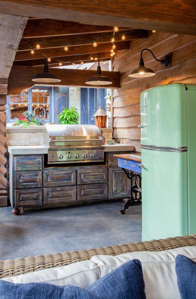 Кухню-студию с винтажными мотивами отлично дополняет цветной холодильник пастельного мятного оттенка