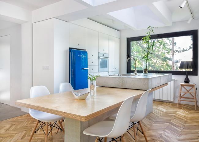 Светлая просторная кухня с ярким акцентом на синем холодильнике
