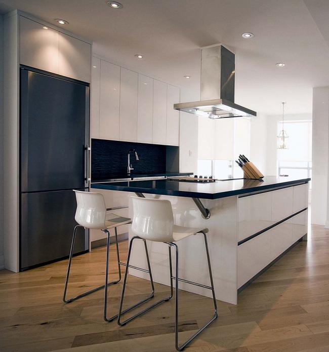 Оригинальный, встроенный в кухонный гарнитур, холодильник глубокого темно синего оттенка