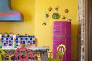 Фото 35 Цветные холодильники: яркие акценты против серой обыденности на кухне