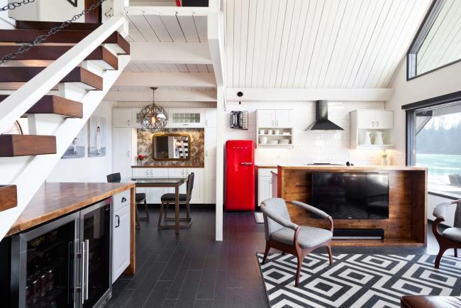 Просторное лофтовое помещение с ярким акцентом на красном холодильнике