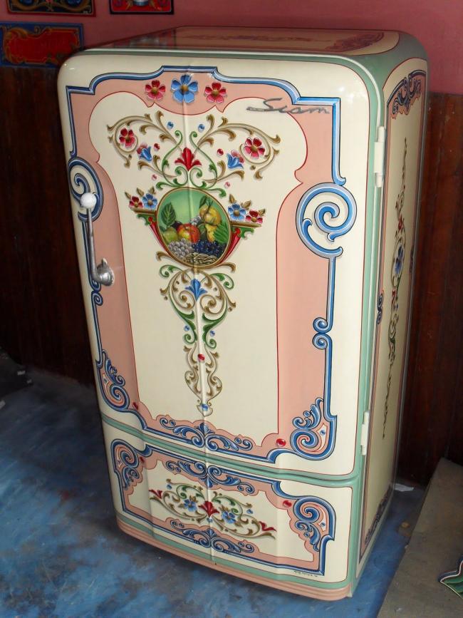 Необычный цветной холодильник с цветочными мотивами