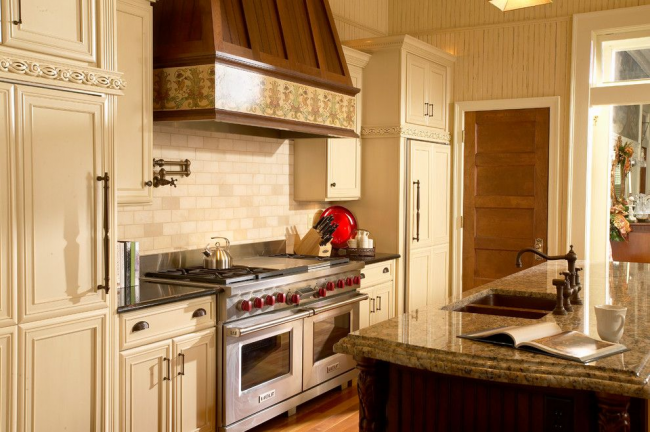 Встроенный холодильник в кухонный гарнитур очень нежного кремового цвета
